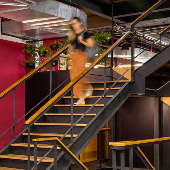 vtex-woman-stairs-rio-de-janeiro-office